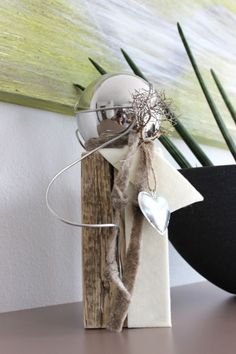 KL13 – Kleine Holzsäule, natürlich dekoriert mit einer Edelstahlkugel, Filzbänder und einem Herz. Preis: 34,90€ 2x4 Crafts, Diy Home Crafts, Crafts To Sell, Christmas Crafts, Christmas Decorations, Xmas, Arte Floral, Flower Arrangements, Modern