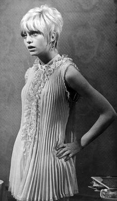 ☆ Goldie Hawn was born November Amazing accordion dress. Divas, Lauren Hutton, Vintage Pixie Cut, Pixie Cut Kurz, Pixie Cuts, 1970s Wedding Dress, Muslin Dress, Jacqueline Bisset, I Love Cinema