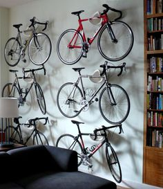 Cycloc wall of bikes. Does the cafe you go to have bike parking? para una familia de ciclistas, esto está hermoso. familia que maneja bicicleta unida, permanece unida y en buena forma.
