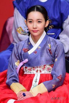 Yoon Joo-hee looks exquisite in splendid embroidered hanbok