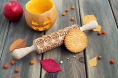 Skulls pattern rolling pin for Halloween, Day of the Dead theme embossing rolling pin, Día de Muertos pattern cookie stamp by Make8Bake on Etsy https://www.etsy.com/listing/464697808/skulls-pattern-rolling-pin-for-halloween