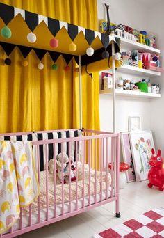 Обустраивая интерьер комнаты для новорожденных, необходимо в первую очередь уделить внимание потребностям мамы, учитывать ее пожелания. И тогда ежедневный уход за малышом станет для нее радостным моментом жизни. Большая фото подборка.