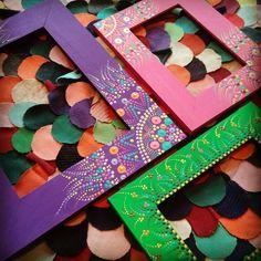 Portaretratos - Porta*afectos - Almadas en facebook Dot Art Painting, Painting Frames, Painting On Wood, Mandala Dots, Mandala Design, Painting Wooden Letters, Painted Picture Frames, Painted Boxes, Pointillism