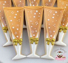 Bubbly champagne glasses decorated sugar cookies for Valentine's Day or wedding anniversary. Would look great with a red ribbon or heart. Galletas decoradas, cookie decorating