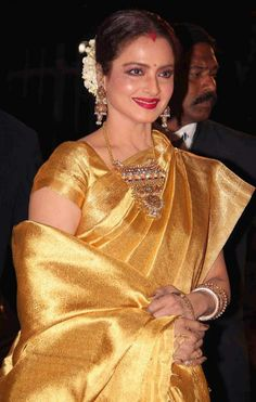 Filmfare Awards 2014 Rekha always love her in the silk Saree and south jewelry Rekha Saree, Banarsi Saree, Kanjivaram Sarees, Silk Sarees, Lehenga, Saris, Indian Sarees, Wedding Sarees Online, Saree Wedding