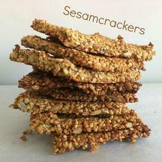 Crackers! Van sesam! Jaaaaaaa! Deze zijn verrukkelijk met  rabarber-aardbei-jam. Ik kan het weten… ik heb ze diverse keren gemaakt om  dit recept te testen en heb er tientallen verorberd (als het er geen  honderden zijn geweest ;).