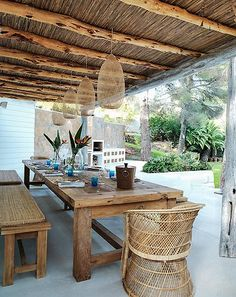 rustic bohemian outdoor dining via Carolinelegranddesign.com #MelindaLeeDesignStudio #outdoorliving #luxurydesign