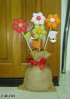 Oi, gente!   Hoje quero mostrar um peso de porta mega simples, que eu fiz aqui pro cafofo da praia: de florzinhas de pano.   Eu poderia t...