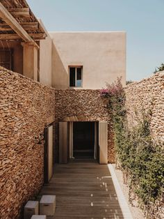 GCA architects designed in Formentera, Spain three detached family houses and they manage to combine the linear Mediterranean architecture with the. Mediterranean Houses, Mediterranean Architecture, Modern Architecture, Design Exterior, Interior And Exterior, Timber Pergola, Architect House, Menorca, Stone Houses