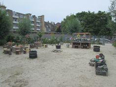 De modderkeuken met keukenblok, waterpomp, balansweegschalen en restaurant. Nutsschool Maastricht