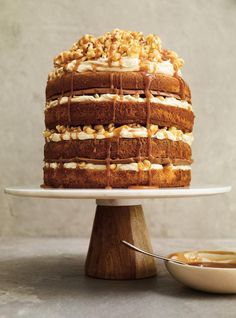 Ricardo Cuisine helps you find that perfect cake recipe. Learn how to make chocolate cake, butter cake, cupcakes, vanilla frosting, and more. Popcorn Au Caramel, Caramel Drip Cake, Macaron Coco, Momofuku Cake, Perfect Cake Recipe, Peanut Cake, Popcorn Cake, Layer Cake Recipes, Layer Cakes