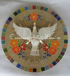 Divino em mosaico com azulejos e pastilhas.  Apliques com couro sintético e pedriscos de vidro. 40cm.