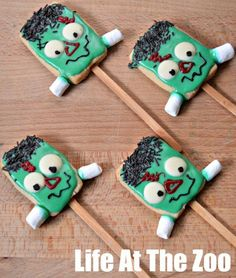 halloween cookies frankenstein cookie pops The Important things about Art with regard to Small children Small children of course appreciate & Halloween Treats For Kids, Halloween Cookies, Halloween Activities, Cute Halloween, Holiday Treats, Halloween Crafts, Holiday Fun, Halloween Ideas, Halloween Foods