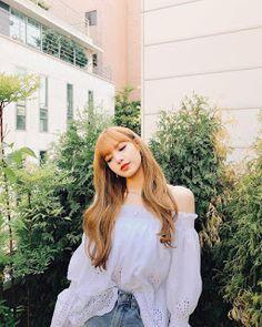 There are four members in K-Pop band, Blackpink. Blackpink Lisa, Jennie Blackpink, Blackpink Fashion, Korean Fashion, Kpop Girl Groups, Kpop Girls, K Pop, Lisa Blackpink Wallpaper, Kim Jisoo