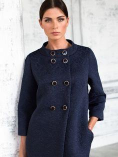 Женственное пальто в стиле Жаклин Кеннеди из лимитированной коллекции класса premium, выполненное из элитной итальянской жаккардовой ткани. Утонченная двубортная модель прямого силуэта с втачным укороченным рукавом длинной 7/8 и воротником стойкой позволит создать Вам изысканный и элегантный образ. Пальто выполнено без подкладки и имеет застежку на декоративные пуговицы. Выпущено в лимитированном количестве из элитных тканей ведущих итальянских фабрик., арт. 3014710v00065, состав: Основная…