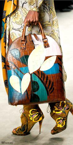 Burberry Prorsum F/W 2014 - London Fashion Week Burberry Prorsum, Best Handbags, Purses And Handbags, Burberry Fall 2014, Burberry Outlet, Handbag Accessories, Fashion Accessories, Fall Winter 2014, Louis Vuitton