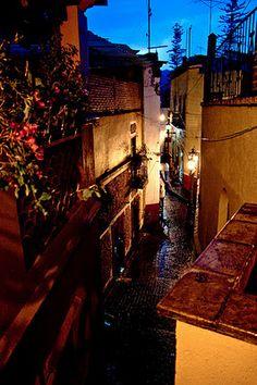 Callejon Del Beso (Kiss Alley) Gaunajuato Mexico Como una ecena de Romeo y Julieta. Amor amor Amor Que se pinta de cual quier color