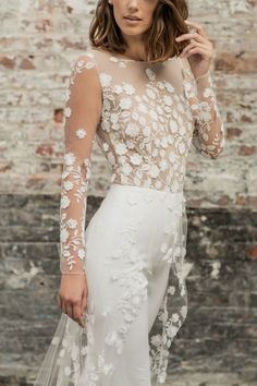 White bride dresses. All brides imagine having the most appropriate wedding day, but for this they require the perfect bridal gown, with the bridesmaid's dresses actually complimenting the wedding brides dress. Here are a number of suggestions on wedding dresses.