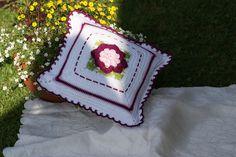 Dekokissen mit 3 D Blume in bordeaux/weiß