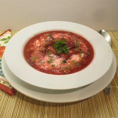 A borscs egy húsos, zöldséges orosz céklaleves pikáns fűszerezéssel. Thai Red Curry, Beef, Ethnic Recipes, Food, Meat, Essen, Meals, Yemek, Eten