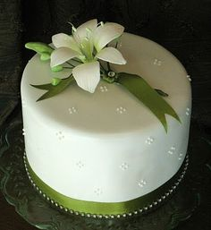 White & Green Lily Cake Double tier white chocolate & vanilla bean mudcake with sugar daylily. Pretty Cakes, Beautiful Cakes, Amazing Cakes, Mini Wedding Cakes, Wedding Cake Rustic, Icing Cake Design, Cake Designs, Cupcakes, Cupcake Cakes