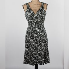 """Black & White Patterned Vneck Dress - Sm Black & White Patterned Vneck Dress - Sm  Perfect condition, flattering dress. Nice heavyweight knit that is perfect for layering in the fall, and great for comfortable office dress.  93% Rayon / 7 % Spandex  Bust: 19"""" (laying flat) / Length: 39"""" #woodsnap #anntaylor #doublevneck vneckdress #blackandwhite #monochrome #workattire #officechic #fall #layers Ann Taylor Dresses Midi"""