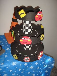 idea para decorar la ponquesera Pixar Cars Birthday, Race Car Birthday, Race Car Party, Car Themed Parties, Cars Birthday Parties, Party Themes For Boys, Car Themes, Leo Birthday, Disney Cars Party