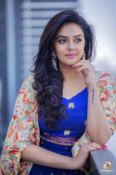 Banjara Hills police registered a case against Gemini Television channel anchor Sreemukhi for allegedly hurting the sentiments of the Brahmin community. Hollywood Actress Wallpaper, Hollywood Actress Name List, Bollywood Bikini, Bollywood Photos, Hollywood Heroines, Hollywood Actresses, Sonam Kapoor, Deepika Padukone, British Actresses