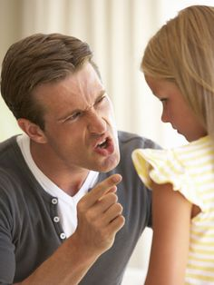 Eine aktuelle Studie zeigt: Ein sehr autoritärer Erziehungsstil kann bei Kindern Angststörungen hervorrufen und sie damit ihr Leben lang