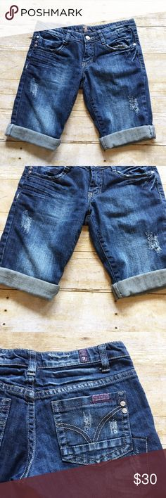 7 For All Mankind crop A pocket jean shorts, 27 Great condition 7 for all mankind crop shorts in a size 27. Incredibly comfortable and can be paired with just about any top! 7 For All Mankind Shorts Jean Shorts