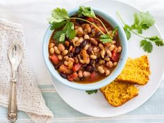 Spicy three-bean chipotle chili [Vegan]: This one might make a good, healthy lunch. Best Chicken Recipes, Vegetarian Recipes Easy, Healthy Recipes, Vegan Dinners, Yummy Recipes, Chipotle Chili, Vegan Chili, Vegetarian Chili, Vegan Soup