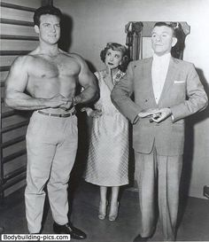 Steve Reeves flexing on The George Burns and Gracie Allen Show. Steve Reeves Workout, Marc Singer, Action Movie Stars, George Burns, Comedy Duos, Arnold Schwarzenegger, Muscle Men, No Equipment Workout, Fitness Inspiration