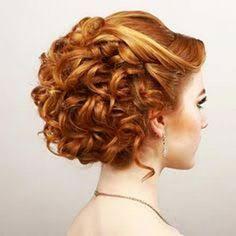 12 nouvelles coiffures de Chignons pour cheveux courts bouclés