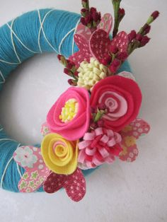 Teal Yarn Wreath with Pink Felt Flowers and Fabric Heart 8 via Etsy Felt Roses, Felt Flowers, Fabric Flowers, How To Make Wreaths, Crafts To Make, Arts And Crafts, Diy Crafts, Straw Wreath, Felt Wreath