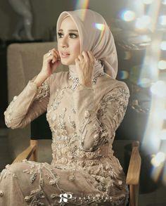 New Bridal Hijab Styles Design Ideas Muslimah Wedding Dress, Hijab Style Dress, Modest Fashion Hijab, Muslim Wedding Dresses, Hijab Bride, Muslim Dress, Bridal Hijab Styles, Bridal Mehndi Dresses, Cocktail Outfit