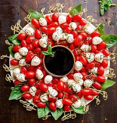 Caprese Salad Christmas Wreath is a festive and healthy appetiser for your Chris. Caprese Salad Christmas Wreath is a festive and healthy appetiser for your Christmas table! Only 5 Christmas Apps, Christmas Brunch, Christmas Cooking, Xmas Party, Christmas Goodies, Simple Christmas, Holiday Parties, Easy Christmas Appetizers, Holiday Party Appetizers