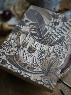 Angie Lewin is a lino print artist, wood engraver, screen printer and painter depicting the UK's natural flora in linocut and other limited edition prints. Angie Lewin, Linolium, Encaustic Painting, Wood Engraving, Tampons, Print Artist, Mc Escher, Artist At Work, Letterpress