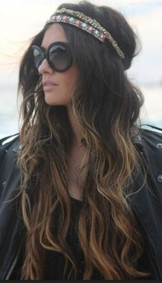 I need her hair! Boho/hippie chick with ombre wavy hair, headband/headpiece, and oversized black sunglasses. Very cochella. Ombre Hair, Balayage Hair, Lange Blonde, Estilo Hippie, Corte Y Color, Hippie Style, Bohemian Style, Boho Hippie, Hippie Chick