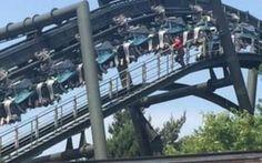 """Giostra si rompe, panico sulle montagne russe: """"80 persone a testa in già per due ore"""" -Foto Paura sulle montagne russe dell'Alton Towers, il parco dei divertimenti più grande e famoso della Gran Bretagna.  Un guasto che ha lasciato i clienti del parco dei divertimenti urlando sotto il sol #giustra #paura #terrore"""