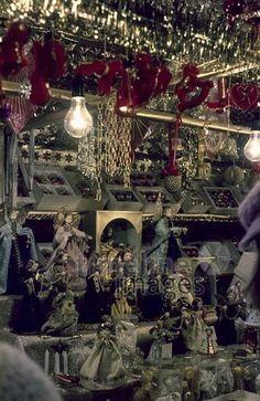 Auf dem Münchner Christkindlmarkt, 1978 Aldiami/Timeline Images #Farbfotografie #Fotografie #photography #historisch #historical #traditional #traditionell #retro #nostalgic #Nostalgie  #Weihnachten #Weihnachtszeit #Tannenbaum #Christmas #Weihnachtsmarkt #Christkindlesmarkt Christmas Wreaths, Christmas Tree, Retro, Holiday Decor, Home Decor, Blog, Historical Pictures, Xmas Pics, Christmas Time