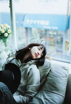 Aesthetic Japan, Aesthetic People, Art Reference Poses, Photo Reference, Komatsu Nana, Photoshoot Concept, Best Photo Poses, Street Portrait, Body Poses