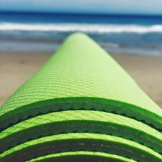 You just spent an hour stretching, so why strain yourself to roll up your yoga mat? The YoYo mat curls itself up automatically.