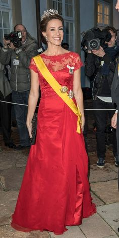 Also Princess Marie chose red - her choice had fallen on a Rikke Gudnitz dress with the piece of lace. Also, she has used her dress before, including by the Turkish state visit in 2014.