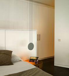 Lámpara colgante Cosmos: conjunto de lámparas colgantes, con volúmenes planos, de diferentes tamaños. Varios acabados. Uso de tecnología LED.