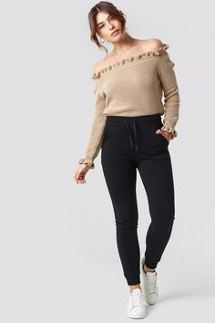 best service f293e 8c981 Ruffle Off Shoulder Knitted Sweater Beige   na-kd.com Outfit Ideen, Beige