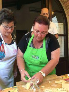 כולם מבשלים בוילה לה מוקיה בטוסקנה עם שף אלבה Villa, Fork, Villas
