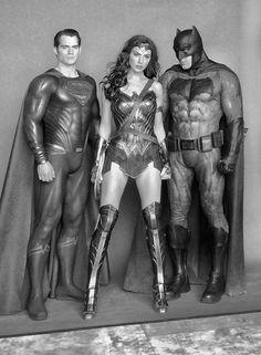 Ben Affleck mustve been geeking out during this photo op. Mundo Superman, Batman And Superman, Batman Robin, Dc Heroes, Comic Book Heroes, Justice League Characters, Gal Gardot, Dc Trinity, Cute White Guys
