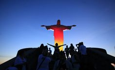 Turistas toman fotos delante de la estatua del Cristo Redentor iluminado con los colores de la bandera nacional de Alemania en Río de Janeiro #InstagramMILENIO Foto: Reuters