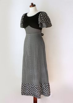 Vintage Maxi Dress Black and White von PaperdollVintageShop on Etsy Decades Fashion, 1970s Clothing, Ladies Day Dresses, Vintage Mode, 1970s Dresses, Dress Black, High Waisted Skirt, June, Vintage Fashion