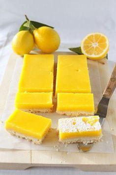 【メイヤーレモンバーレシピ】※メイヤーレモンでなくてもOK クラスト生地材料:小麦粉1 1/4 カップ、粉砂糖1/2カップと少々(仕上げの飾り用)、塩少々、無塩バター大さじ8(冷たいままで8つにカット) フィリング材料:卵黄7個、卵2個、砂糖1 カップ+大さじ2、レモン汁2/3 カップ (中程度のレモン4-5個分)、レモンの削り皮少々、塩小さじ1/2、無塩バター大さじ4(4つにカット)、生クリーム大さじ3…